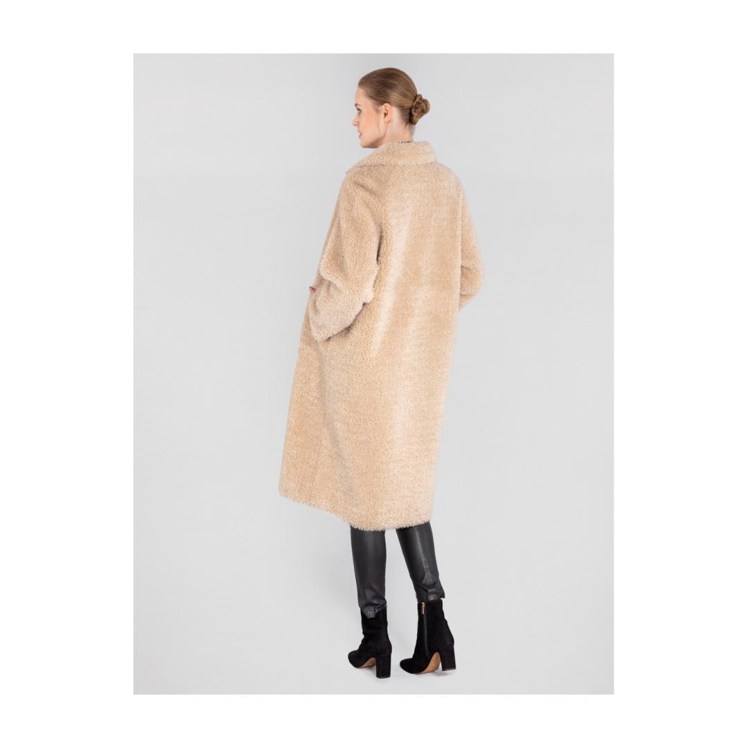 Długie  futro  damskie  w  beżowym  kolorze
